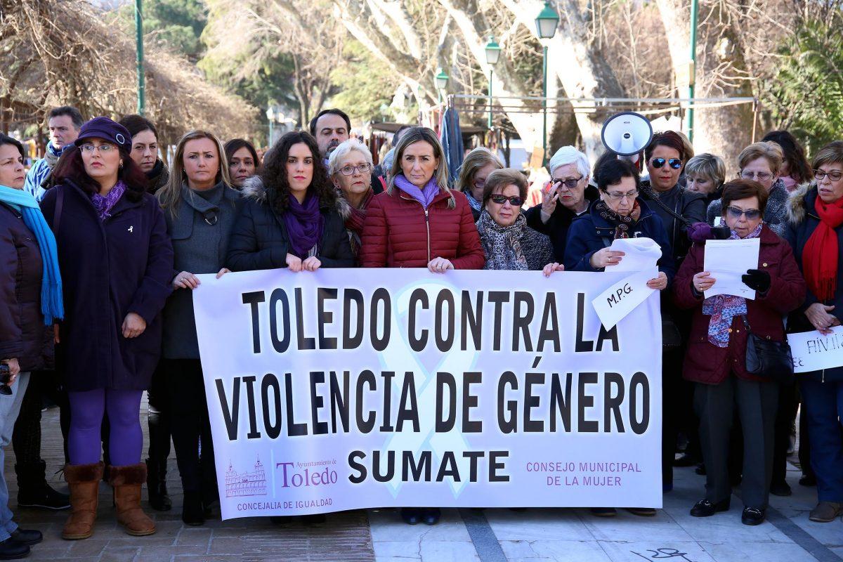 """http://www.toledo.es/wp-content/uploads/2016/03/02_concentracion-1200x800.jpg. La alcaldesa de Toledo manifiesta el compromiso del Gobierno """"en la defensa de los derechos de la mujer y en la igualdad real"""""""