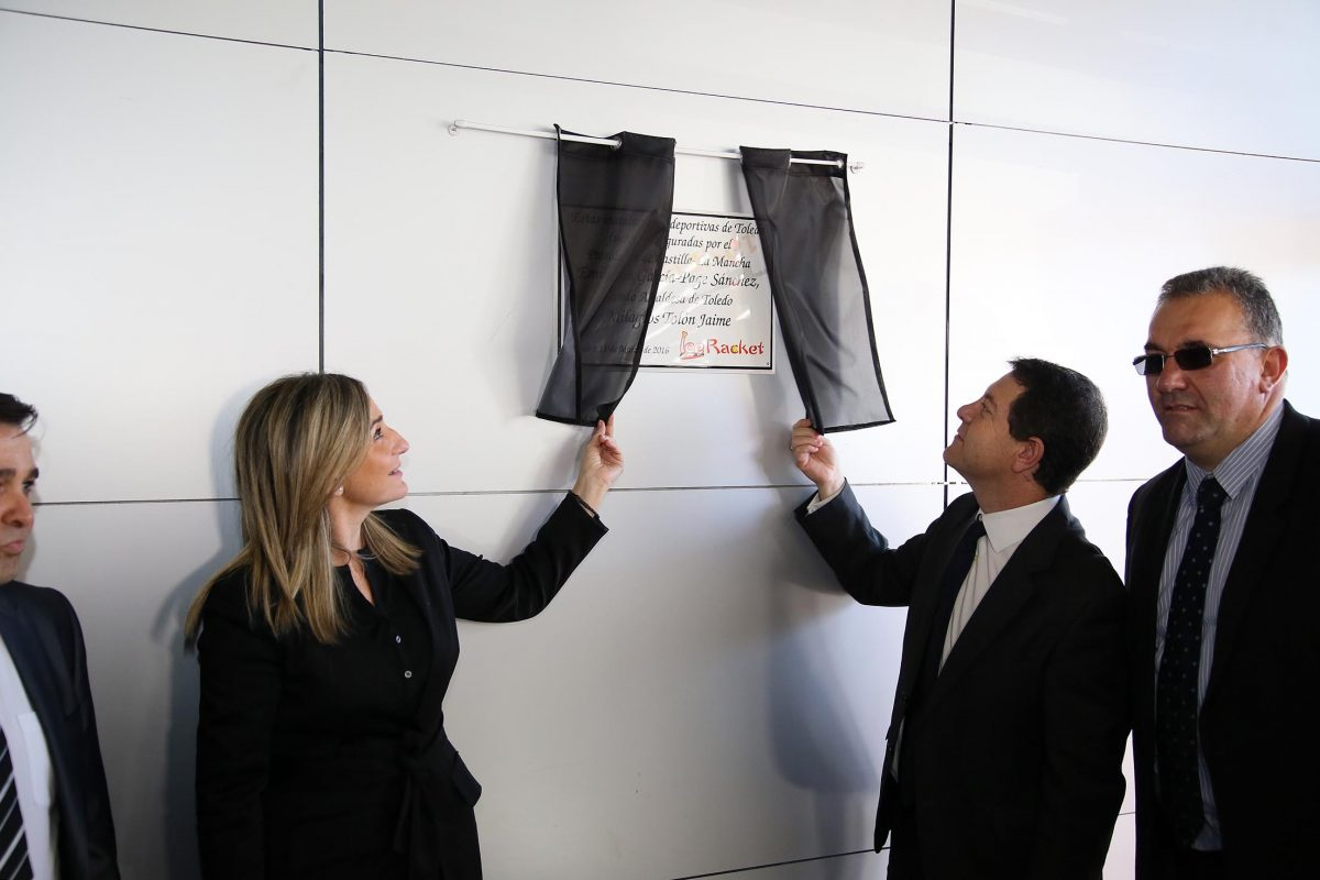 Milagros Tolón inaugura en el Polígono industrial la primera pista de hielo ecológico que se abre en Castilla-La Mancha