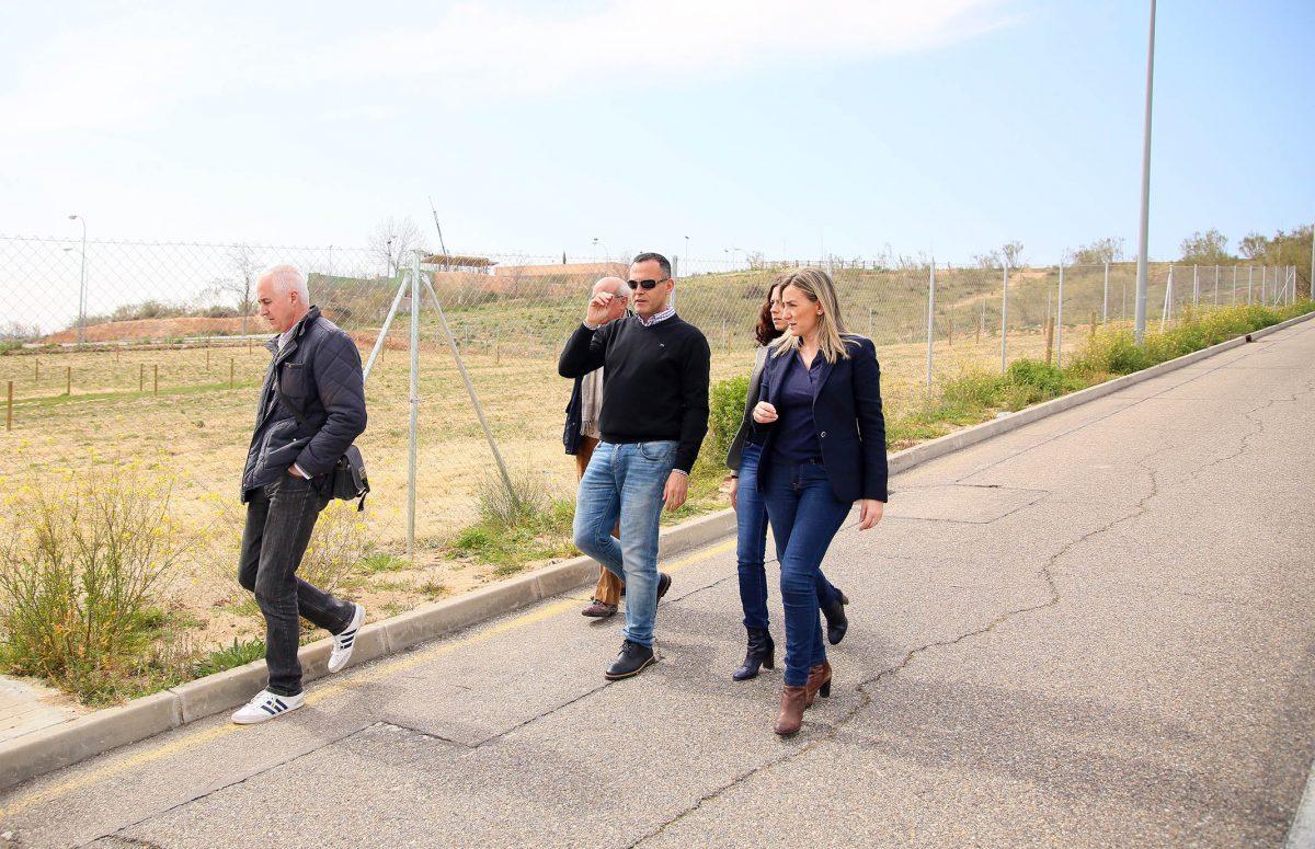 Milagros Tolón firma con Río Chico la cesión de una parcela para la gestión de 37 huertos urbanos en la urbanización Valparaíso