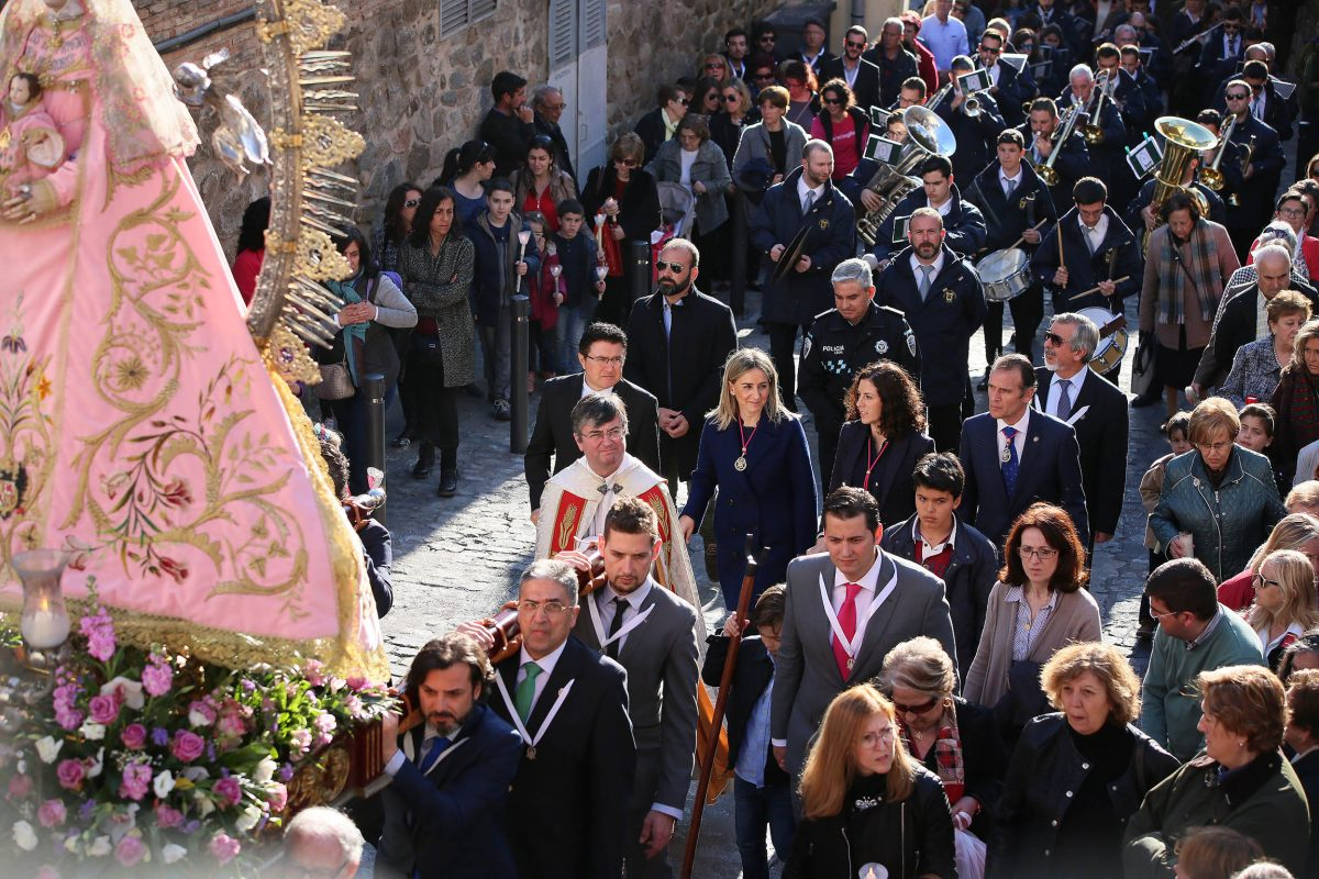 Milagros Tolón comparte con los vecinos de la parroquia de Santa Leocadia los actos en honor a la Virgen de la Salud