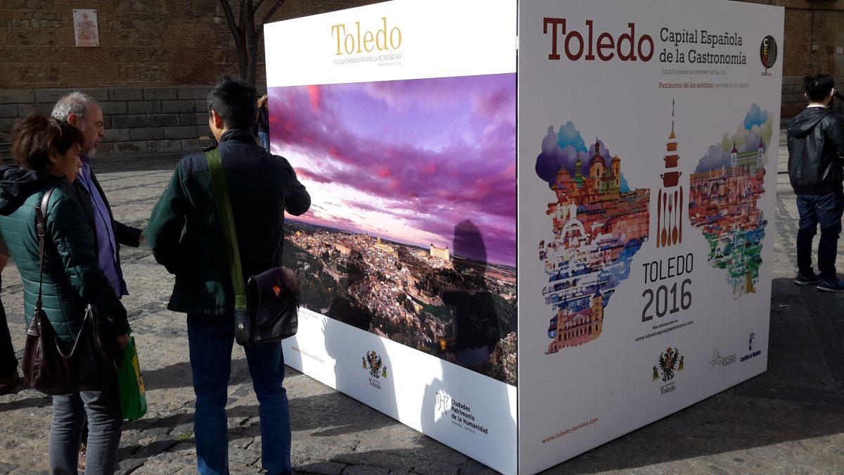 http://www.toledo.es/wp-content/uploads/2016/03/20160317_161131-1200x675.jpg. El Ayuntamiento amplía la promoción turística y del año gastronómico con la instalación de cuatro cubos publicitarios