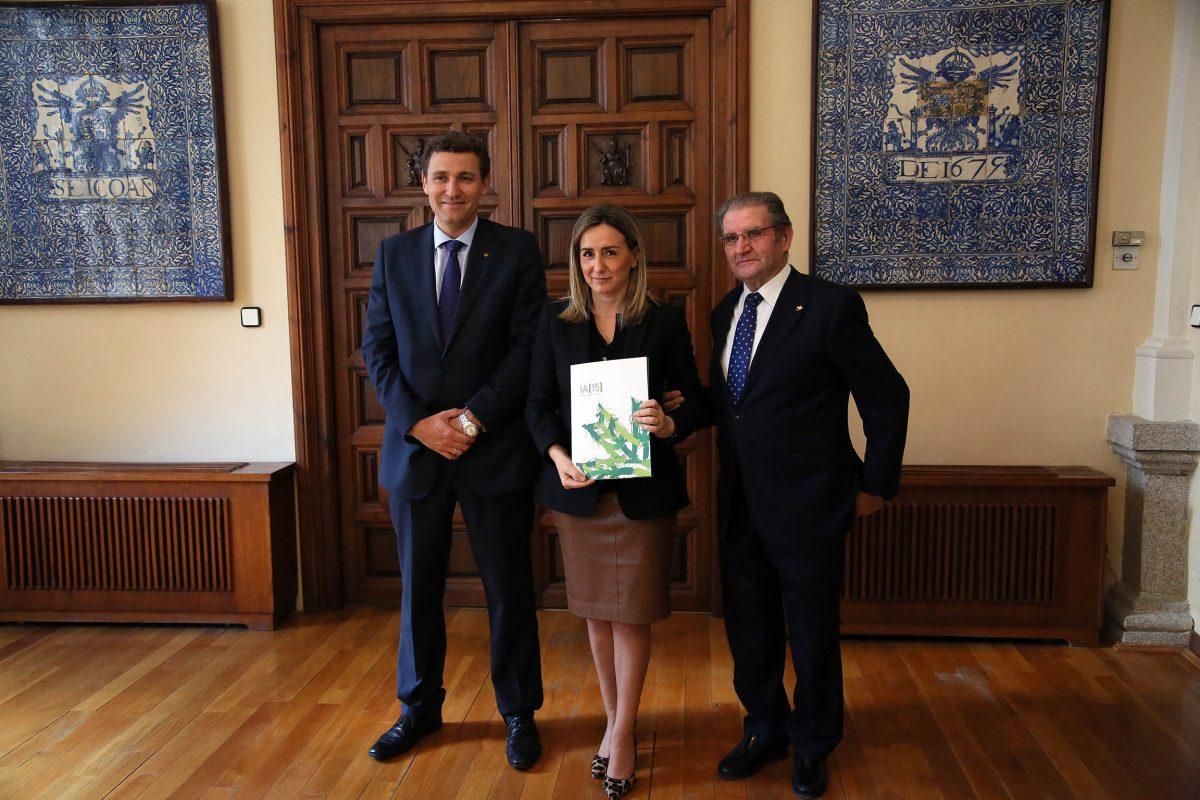 La alcaldesa recibe la Memoria Anual de Caja Rural Castilla-La Mancha de manos del presidente de la entidad financiera