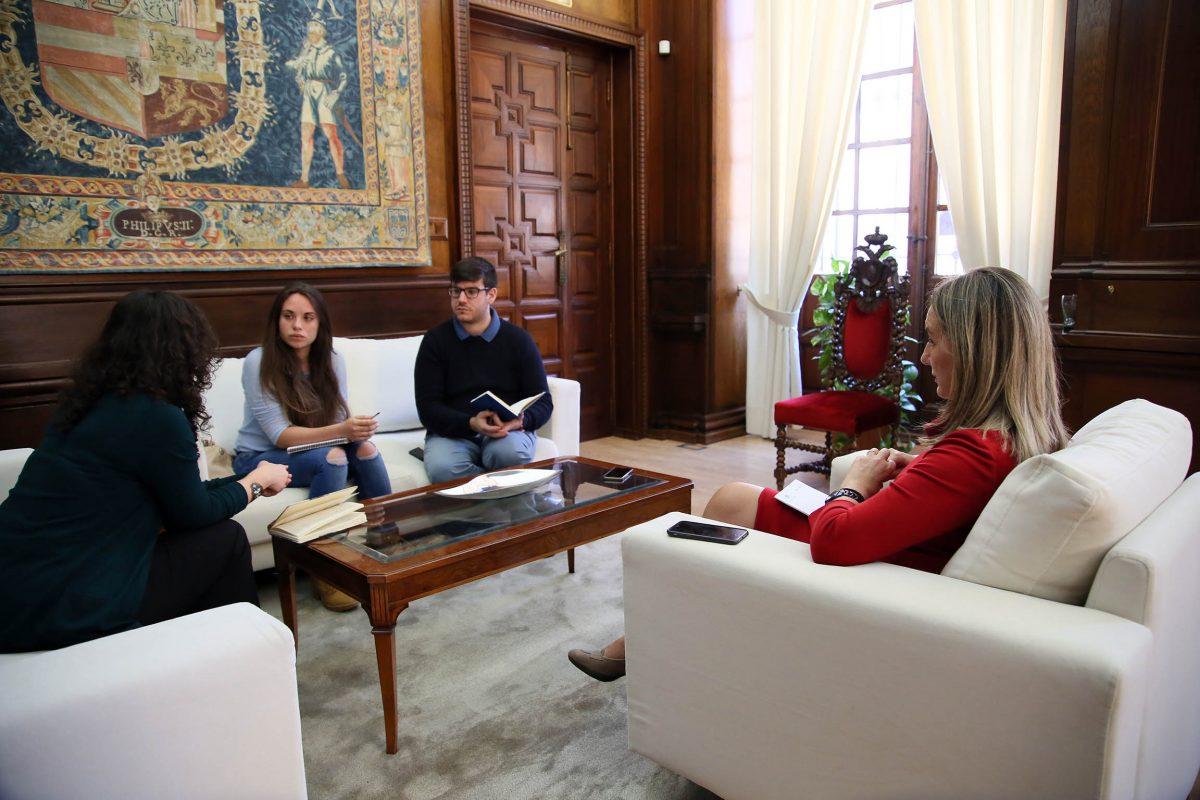 La alcaldesa mantiene una reunión con los nuevos delegados de alumnos en el Campus de Toledo de la UCLM