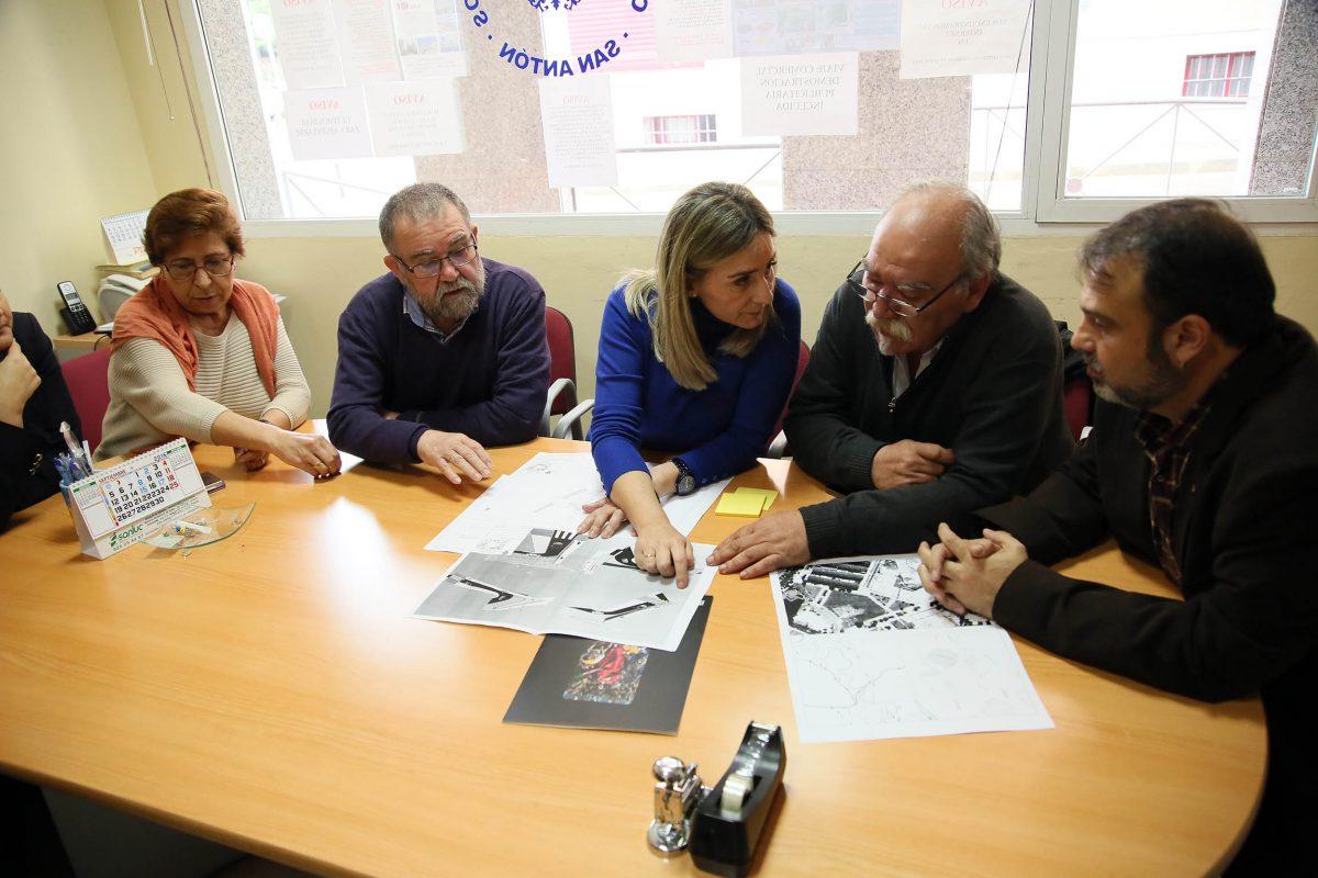 La alcaldesa responde a la demanda vecinal de San Antón y anuncia una rampa para mejorar la accesibilidad en San Eugenio