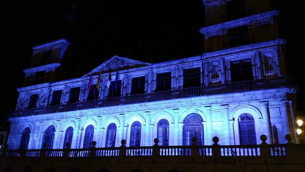 El Ayuntamiento ilumina su fachada esta noche para respaldar el Día Internacional de la Seguridad y la Salud Laboral