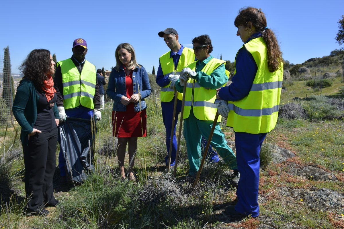 La alcaldesa supervisa las labores de desbroce y limpieza que acometen integrantes del Plan de Empleo en el Valle