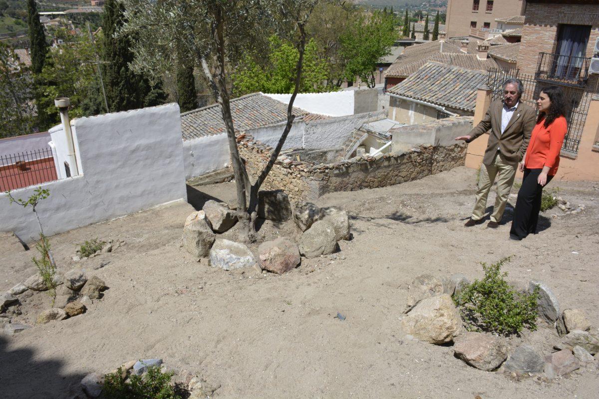 El Ayuntamiento supervisa las obras ejecutadas por miembros del Plan de Empleo en el talud de San Juan de los Reyes