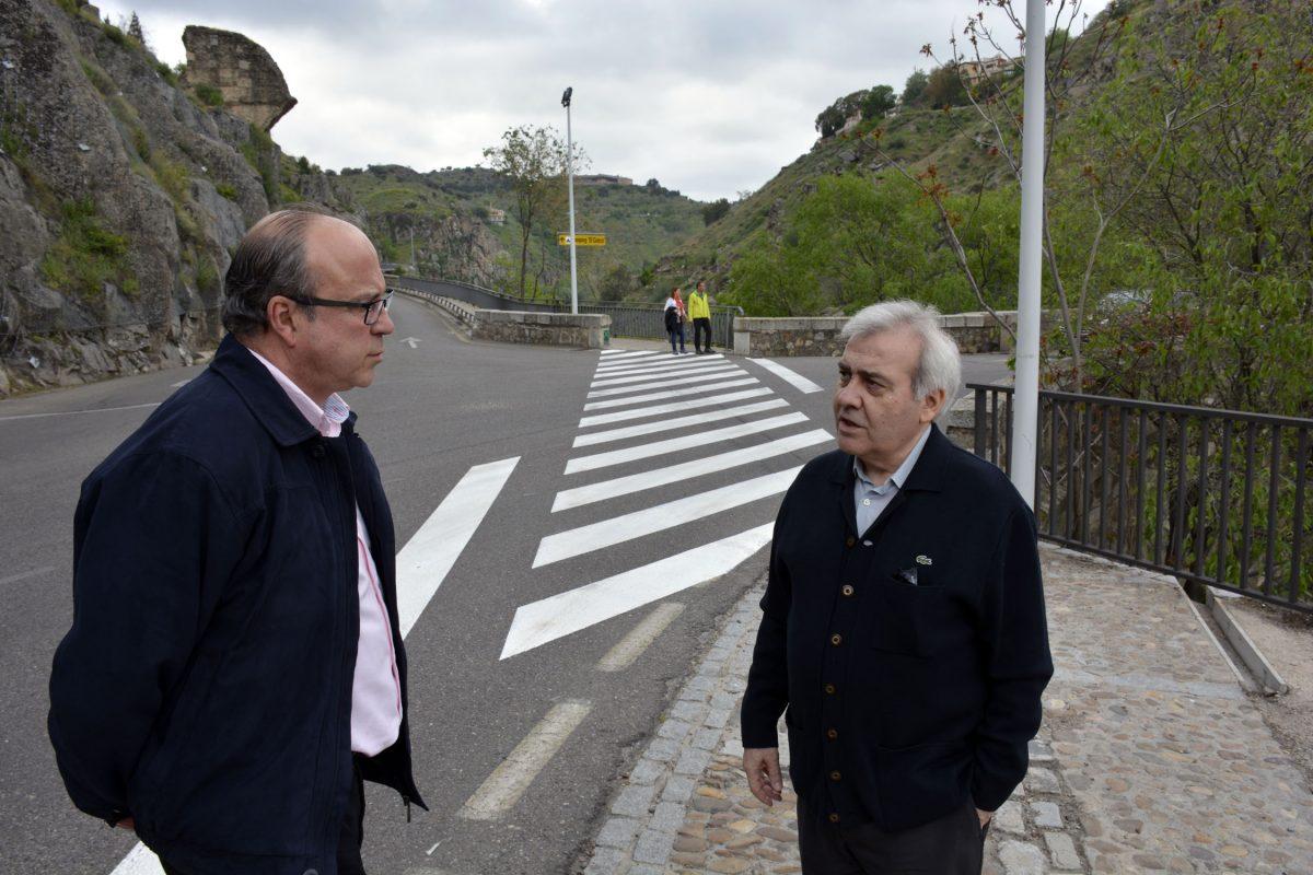 Un nuevo paso de cebra en el Puente Nuevo de Alcántara da continuidad a la movilidad de los peatones en la Ronda del Valle