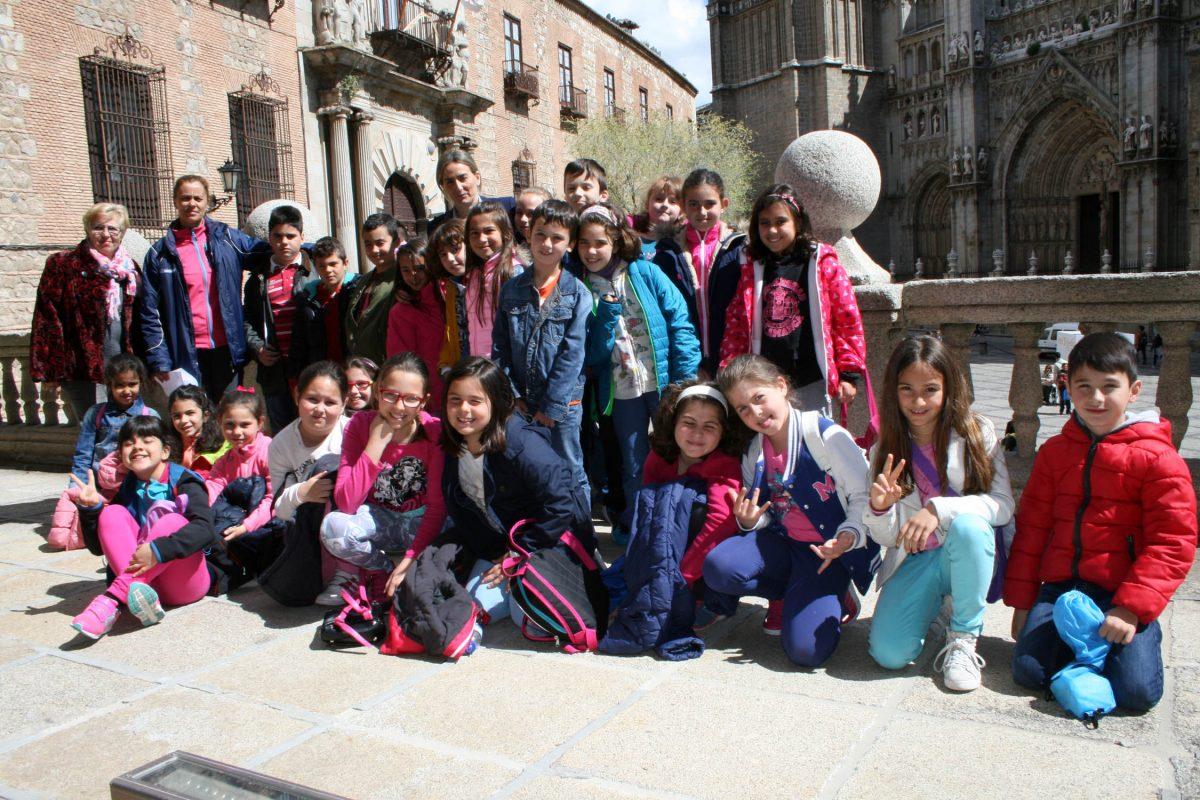 """La alcaldesa de Toledo recibe en el Ayuntamiento a un grupo de escolares del colegio público """"Ángel del Alcázar"""""""