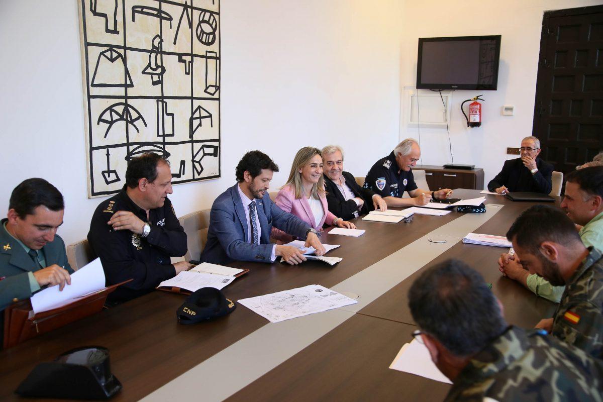 Milagros Tolón asiste a la reunión de la Junta Local de Seguridad que coordina el dispositivo especial del Corpus Christi