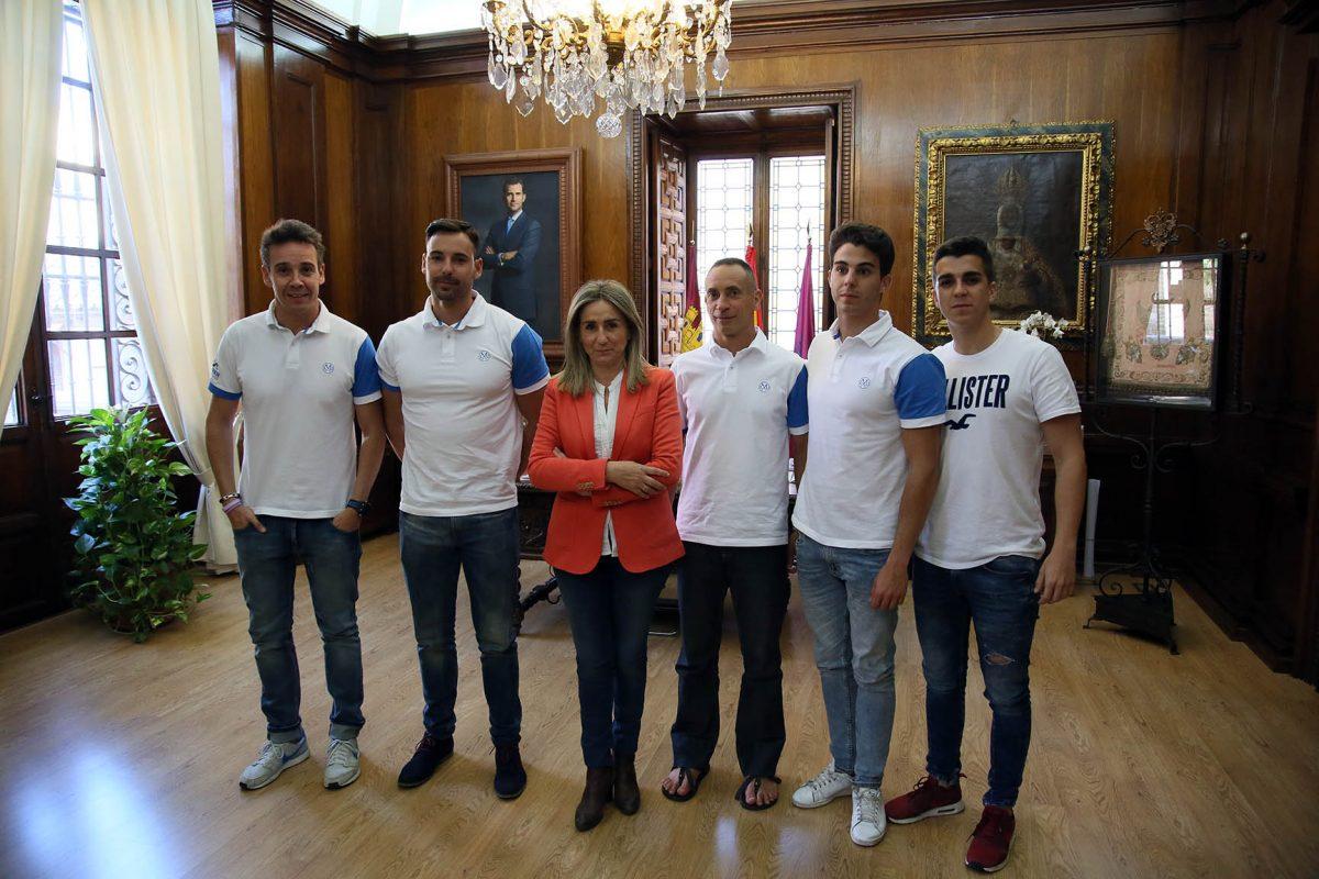 """Los integrantes del reto solidario contra el cáncer infantil """"Mediterranean Challenge"""" reciben el apoyo de la alcaldesa"""