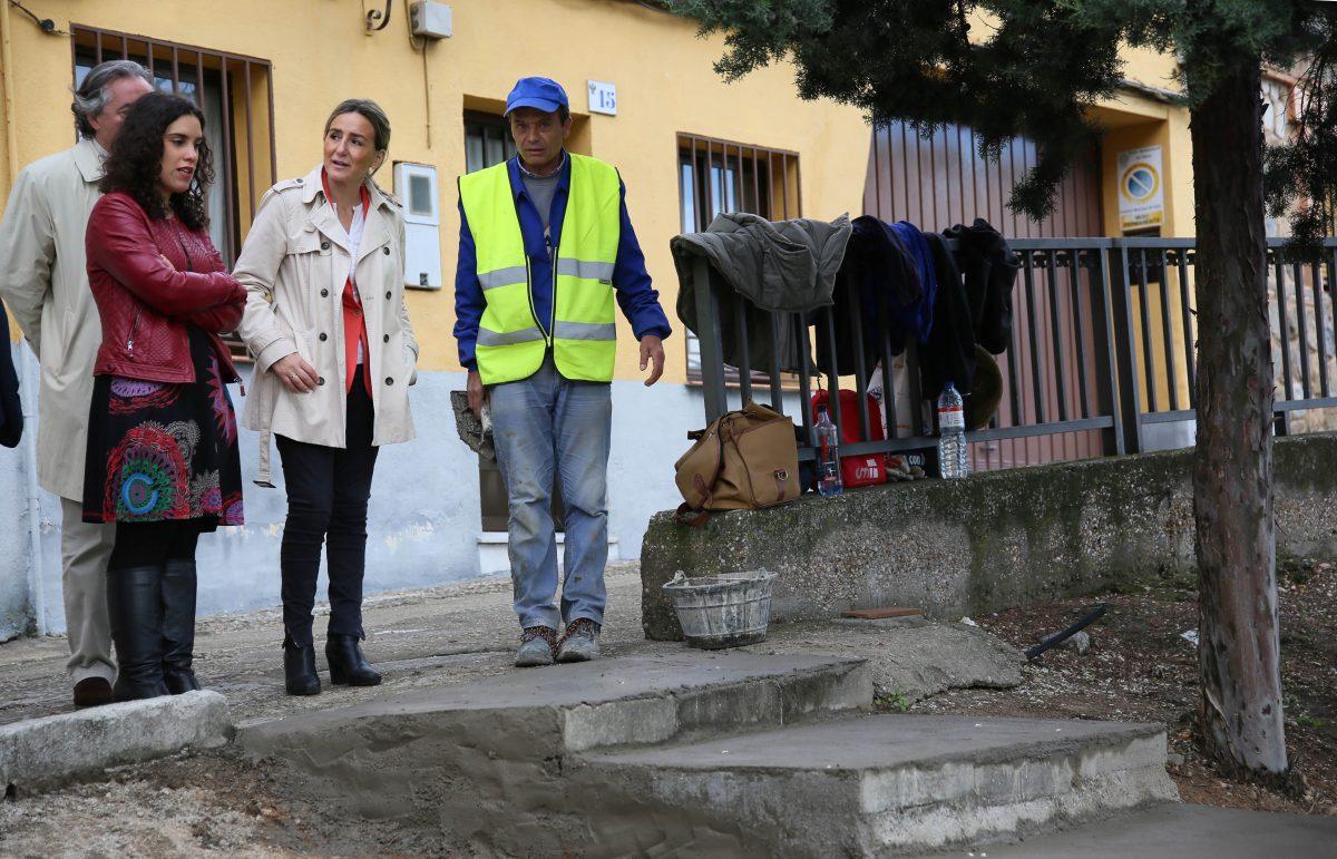 La alcaldesa comprueba en el barrio de San Antón las obras de adecentamiento urbano que está realizando el Ayuntamiento
