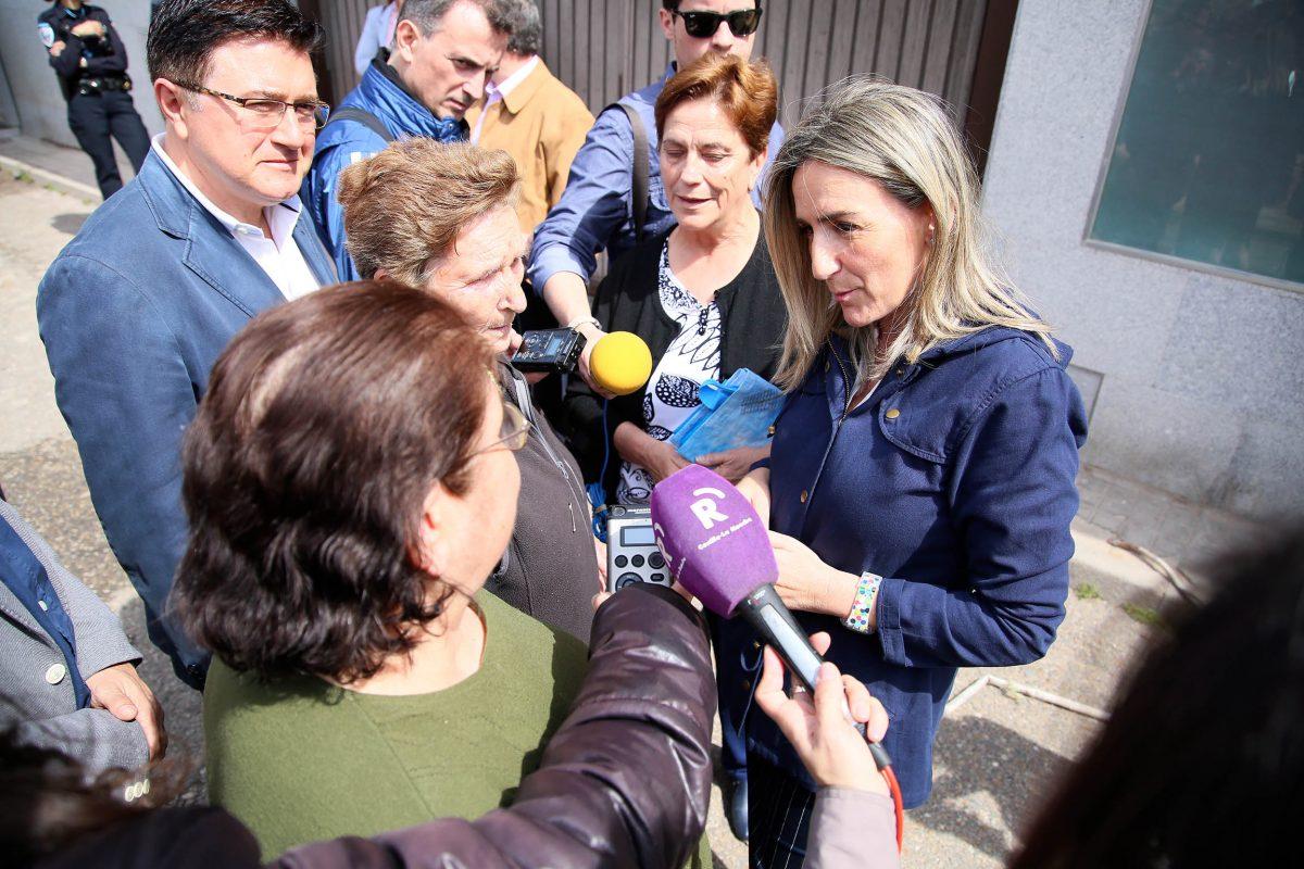 """http://www.toledo.es/wp-content/uploads/2016/05/07_demolicion_calle_navidad-1200x800.jpg. La alcaldesa cumple con Santa Bárbara su compromiso de derribar las """"casitas bajas"""" de Navidad y abordar su reforma"""