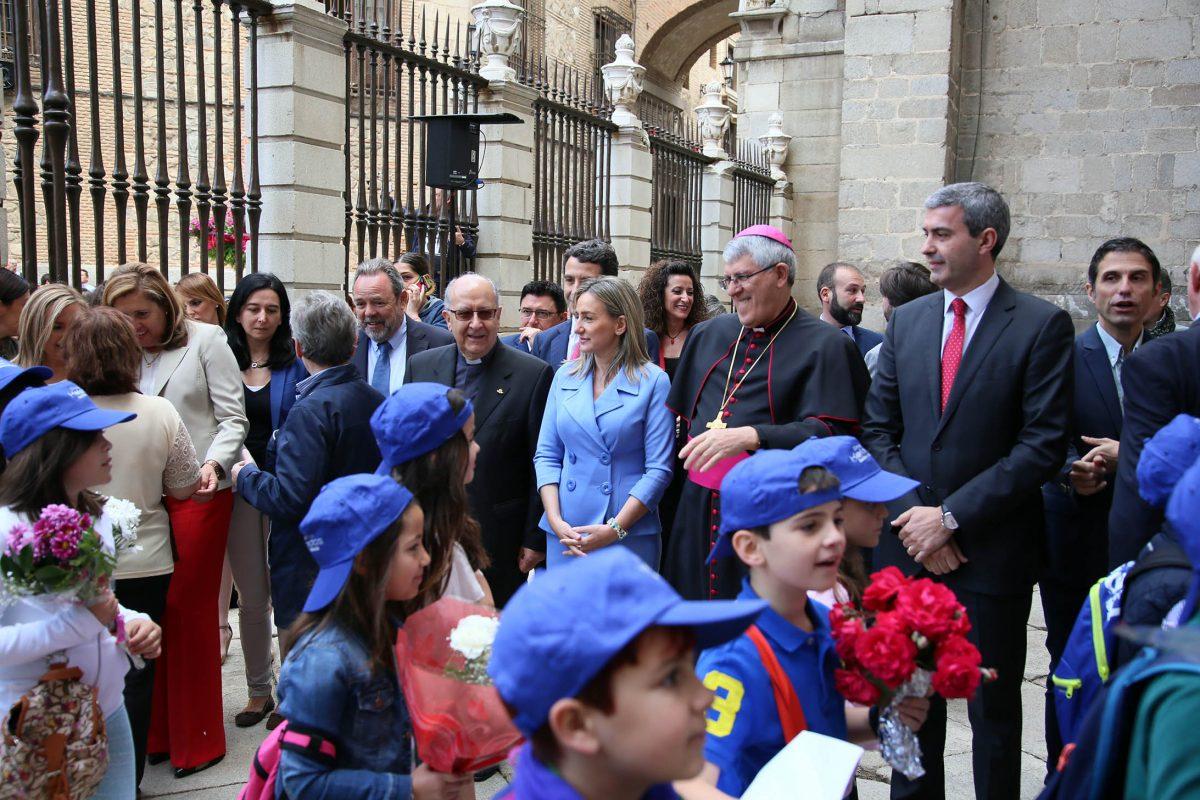 La alcaldesa participa en la tradicional ofrenda floral en la puerta de Reyes de la Catedral Primada en la víspera del Corpus