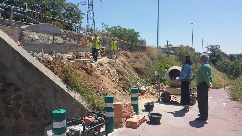 http://www.toledo.es/wp-content/uploads/2016/05/13260241_10153681607542183_6443694335279165292_n.jpg. El Ayuntamiento reconstruye una zona deteriorada del pavimento y muro de la Avenida Adolfo Suárez