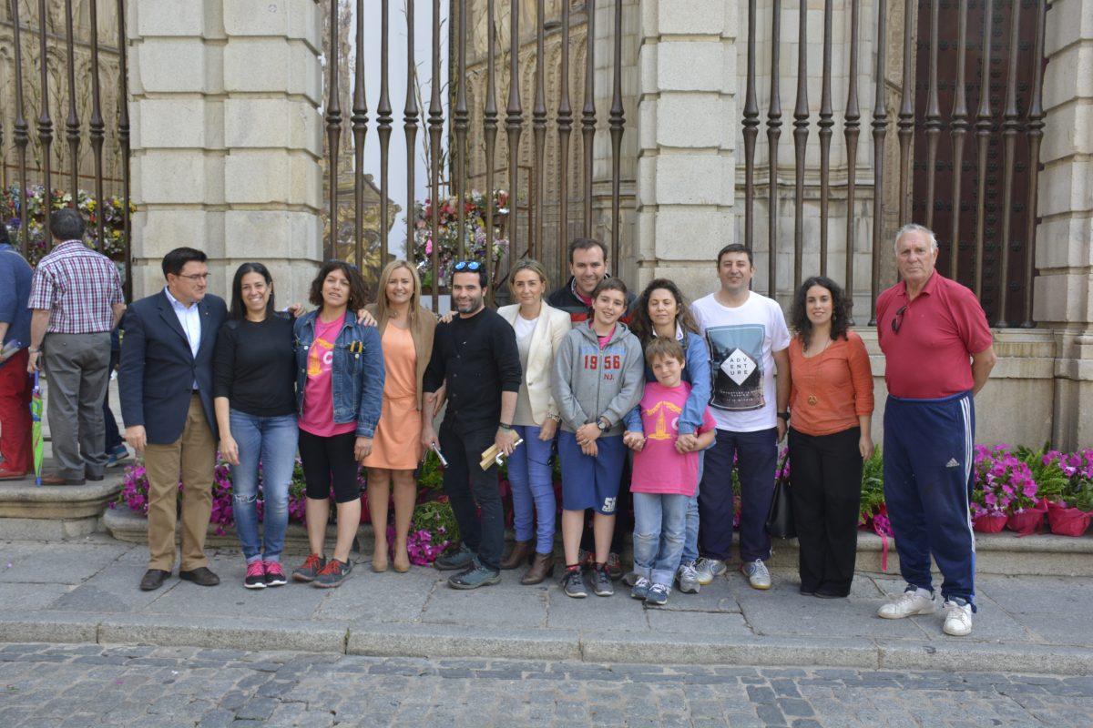 """http://www.toledo.es/wp-content/uploads/2016/05/dsc0013-1200x800.jpg. La alcaldesa felicita personalmente a la Asociación provincial de Empresarios Floristas por su """"gran trabajo"""" en el Corpus Christi"""