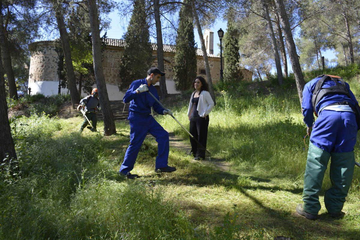 Los trabajadores del Plan de Empleo del Ayuntamiento realizan una limpieza integral en la ermita de La Bastida y el Valle