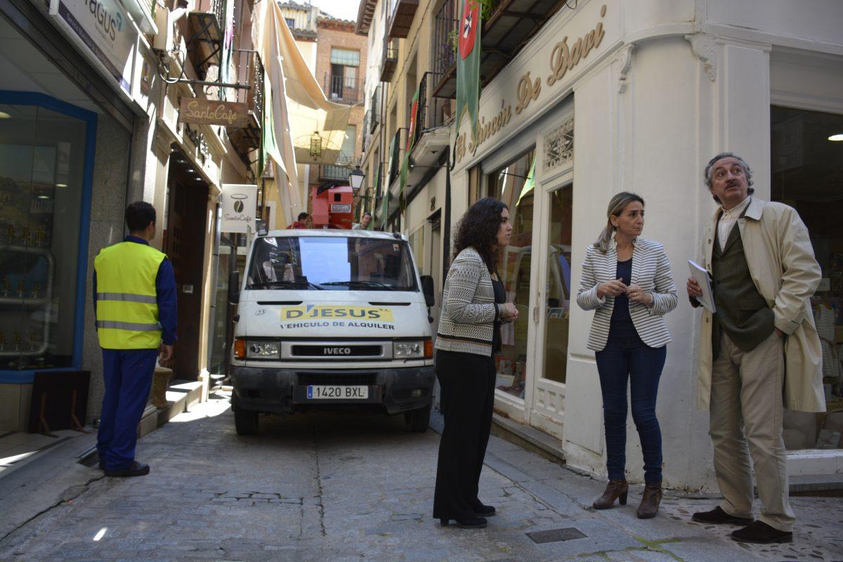 La alcaldesa supervisa la instalación del nuevo toldo en la calle Martín Gamero con motivo del Corpus Christi