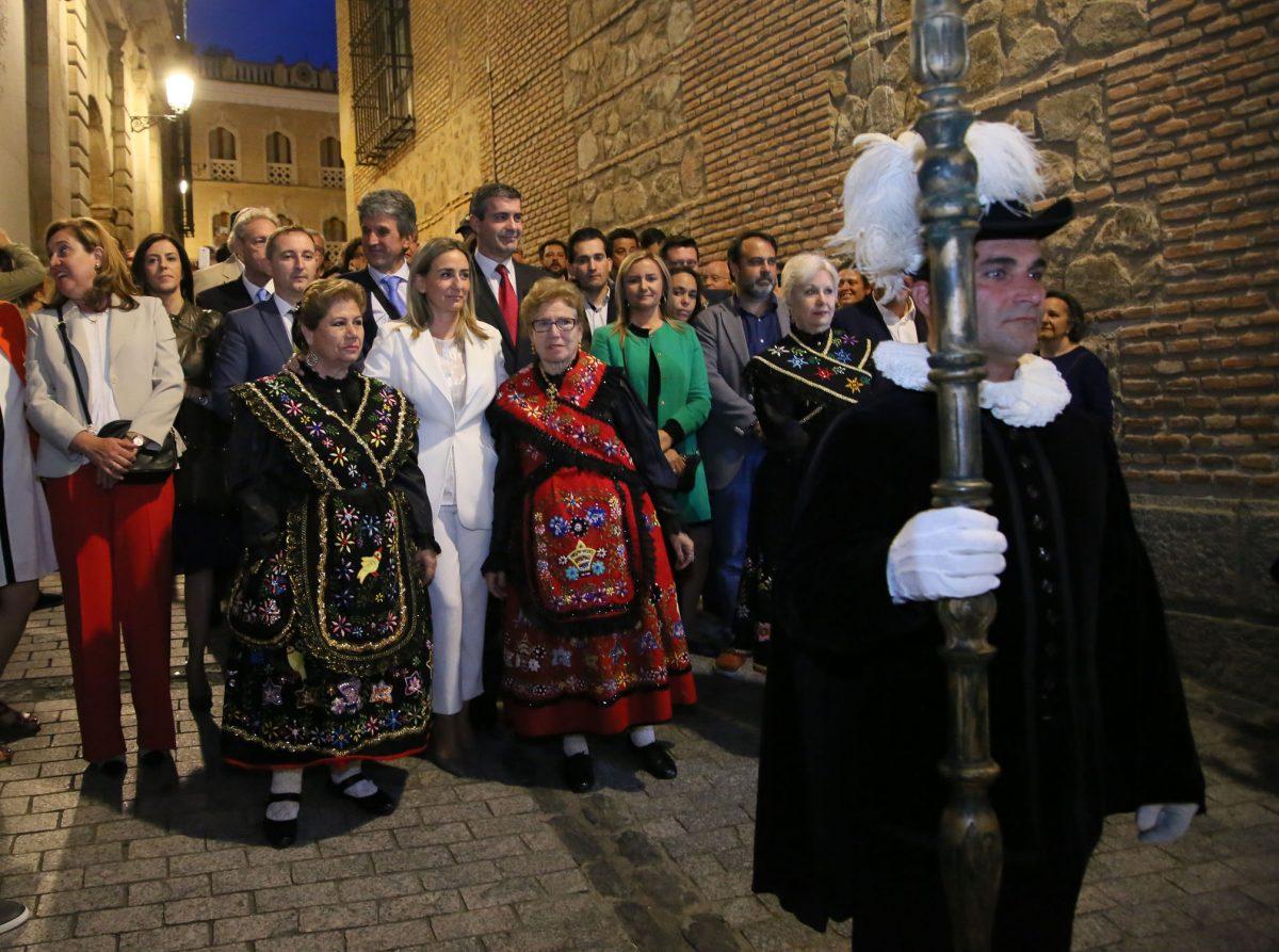 La alcaldesa encabeza la Corporación Municipal y acompaña al pertiguero en la inauguración de la Carrera Procesional
