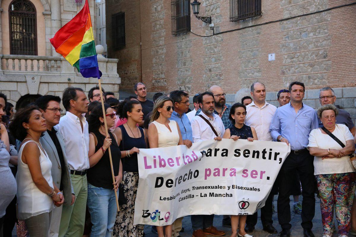 https://www.toledo.es/wp-content/uploads/2016/06/01_concentracion_atentado_orlando-1200x800.jpg. La alcaldesa y miembros de la Corporación respaldan un acto de Bolo-Bolo contra los asesinatos homófobos de Orlando