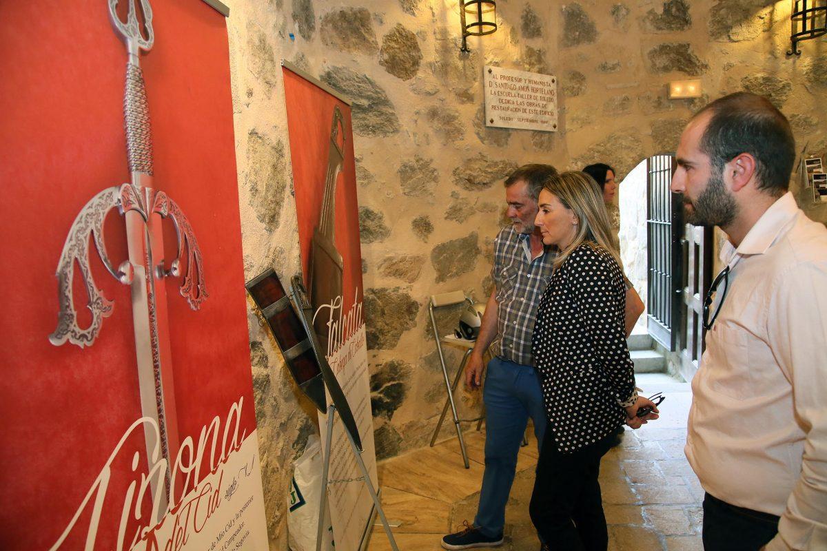 """http://www.toledo.es/wp-content/uploads/2016/06/01_exposicion_espadas-1200x800.jpg. La alcaldesa visita la exposición """"La espadas en la historia"""", que recoge el trabajo del maestro espadero Antonio Arellano"""