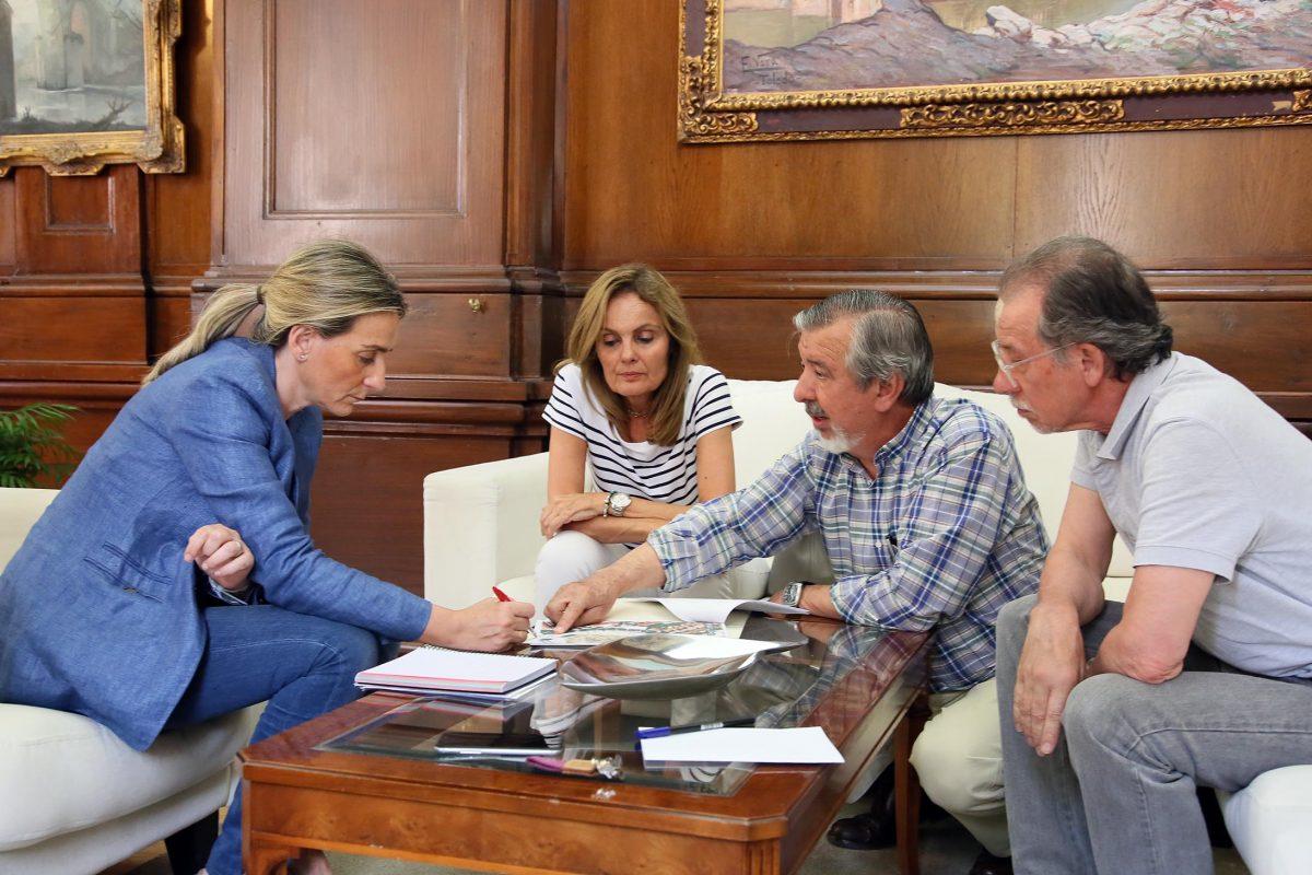 """https://www.toledo.es/wp-content/uploads/2016/06/02_reunion_vecinos_sanp_el_verde-1200x800.jpg. La alcaldesa se reúne con representantes de la Asociación de Vecinos """"San Pedro El Verde"""""""