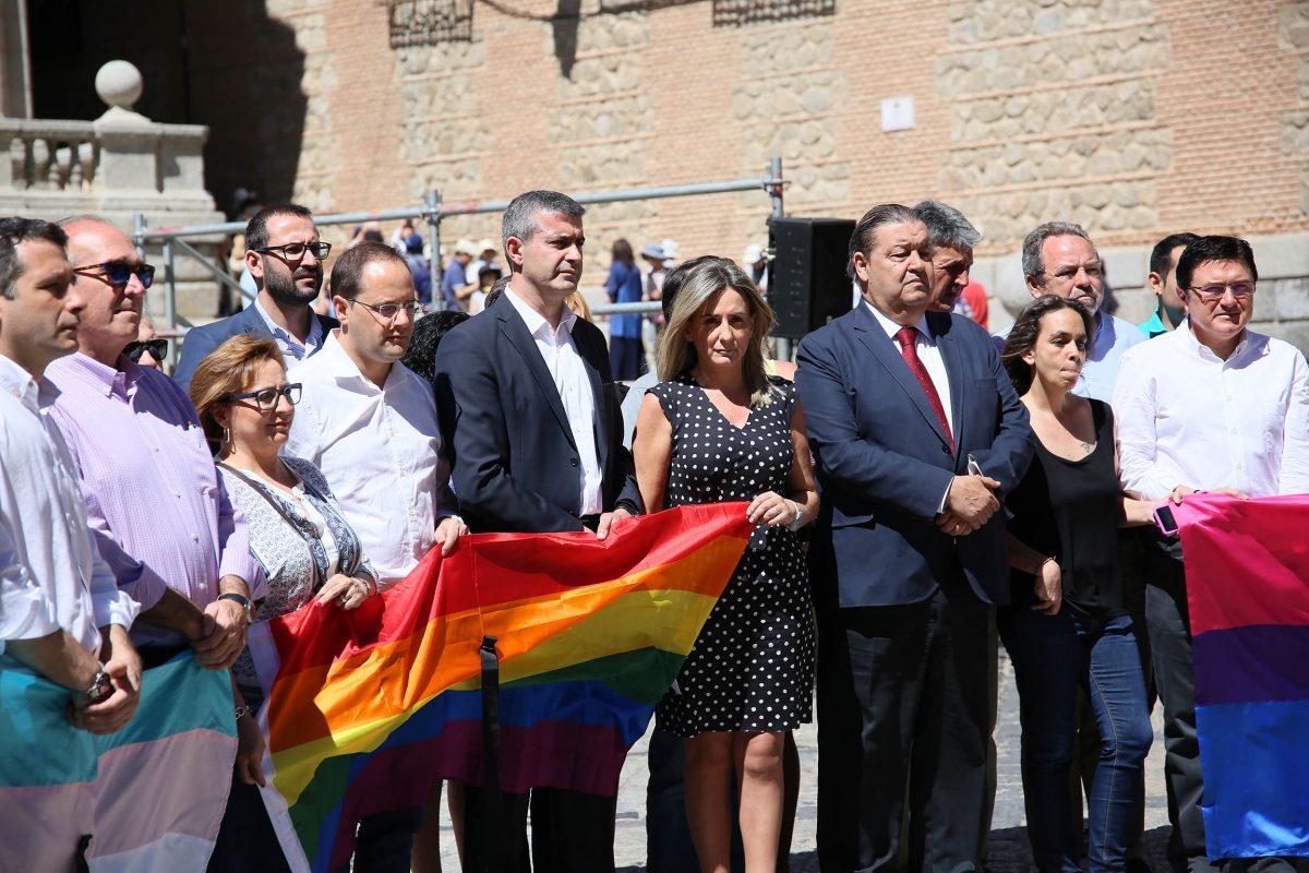 http://www.toledo.es/wp-content/uploads/2016/06/03_concentracion_atentado_orlando-1200x800.jpg. La alcaldesa insta a mantener la apuesta por la diversidad en un acto de repulsa a la masacre de Orlando