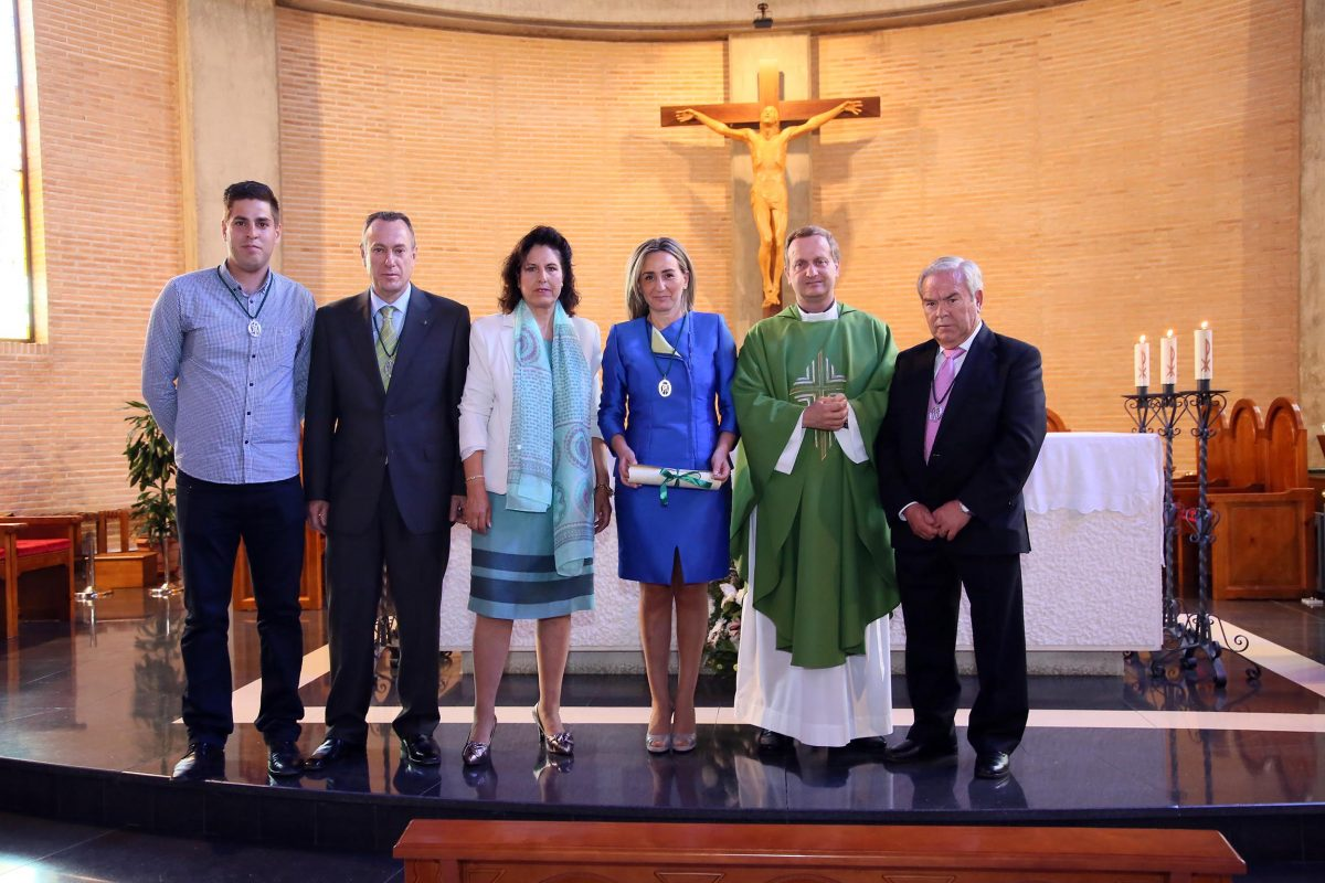https://www.toledo.es/wp-content/uploads/2016/06/06_medalla_virgen_amparo-1200x800.jpg. Milagros Tolón agradece a la Cofradía de la Virgen del Amparo el reconocimiento como miembro de honor