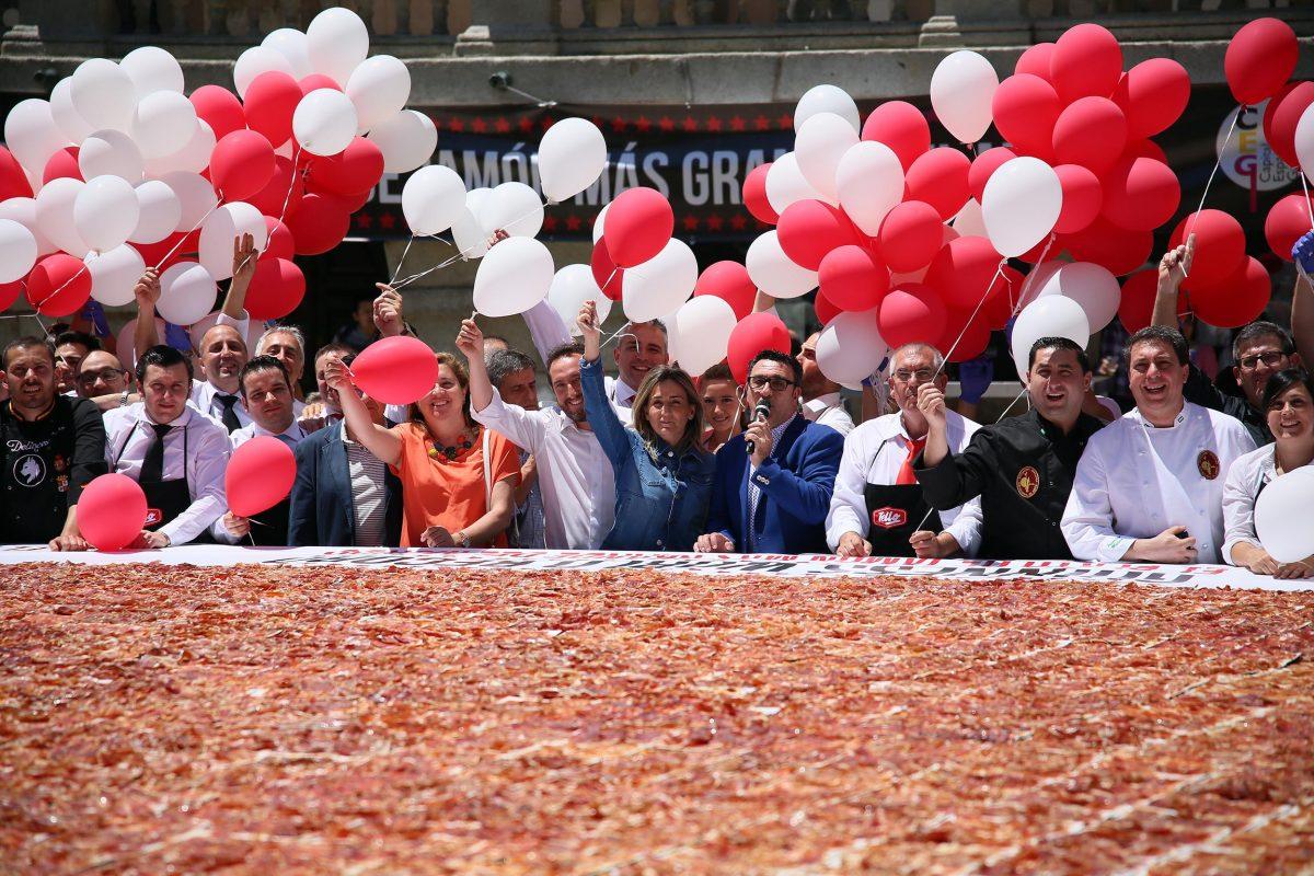 http://www.toledo.es/wp-content/uploads/2016/06/10_record_jamon_toledo-1200x800.jpg. La ciudad de Toledo logra el récord Guinness con un plato de jamón de 392 kilos, el más grande del mundo