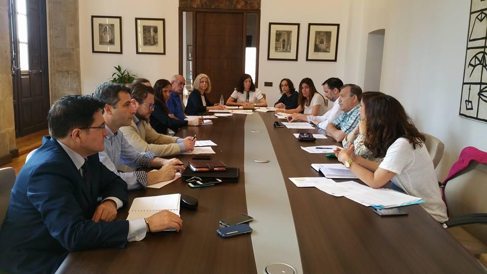 http://www.toledo.es/wp-content/uploads/2016/06/13332916_10153717168222183_4692339475905393829_n.jpg. El Consejo Municipal de Consumo analiza posibles líneas de colaboración entre asociaciones de empresarios y consumidores