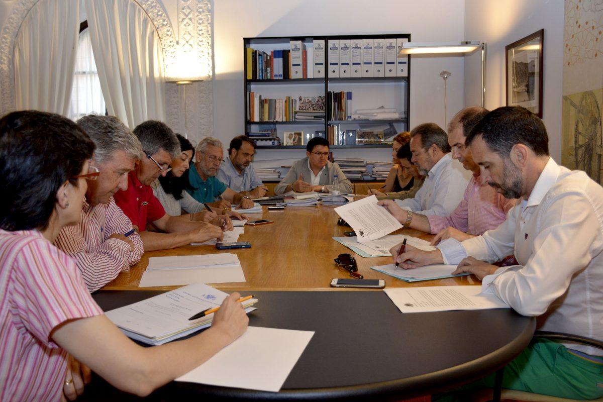 http://www.toledo.es/wp-content/uploads/2016/06/comision_urbanismo-1200x800.jpg. Todos los grupos políticos respaldan en la Comisión de Urbanismo los encargos a la EMSV para completar el POM