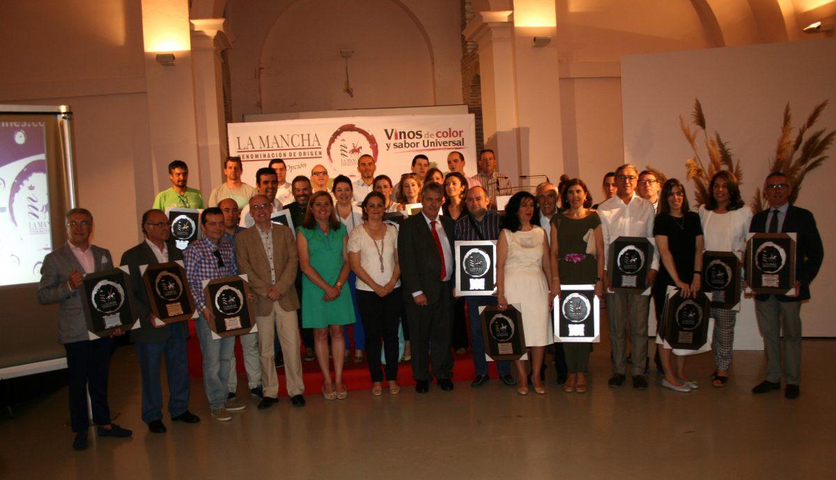 http://www.toledo.es/wp-content/uploads/2016/06/foto-11-1200x690.jpg. Placas de homenaje para los hosteleros de la capital que promocionan y apoyan los vinos de la D.O. La Mancha
