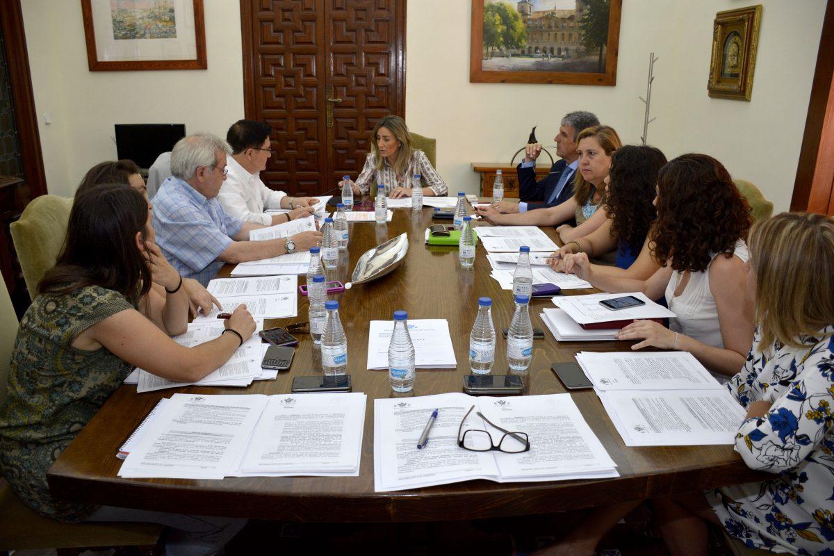 """https://www.toledo.es/wp-content/uploads/2016/06/junta_gobierno_local-1200x800.jpg. El Ayuntamiento de Toledo dispondrá de suministro eléctrico con energías """"cien por cien  renovables"""""""