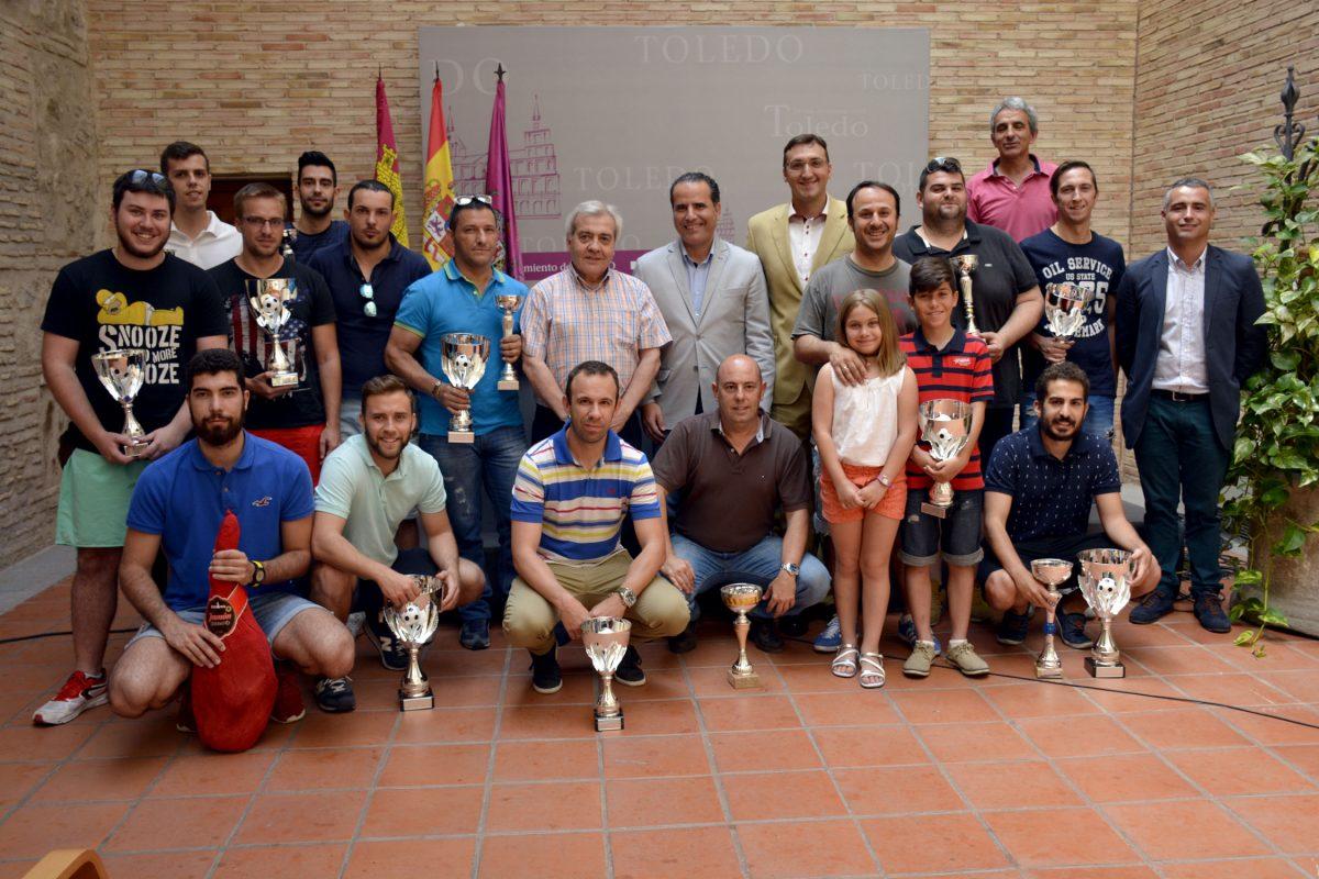 http://www.toledo.es/wp-content/uploads/2016/06/trofeos_liga_futbol7-1200x800.jpg. El Ayuntamiento acoge la entrega de trofeos de la temporada 2015 / 2016 de la Liga Municipal Soliss Fútbol 7 Toledo