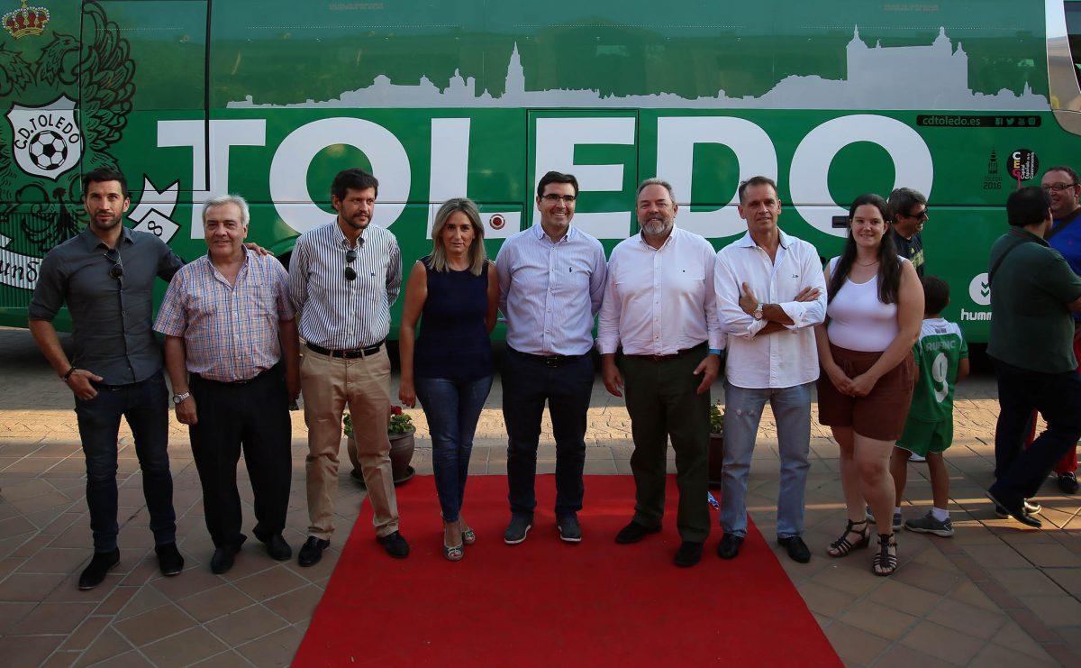 La alcaldesa asiste a la presentación del nuevo autobús del CD Toledo que incorpora el logo de la Capitalidad