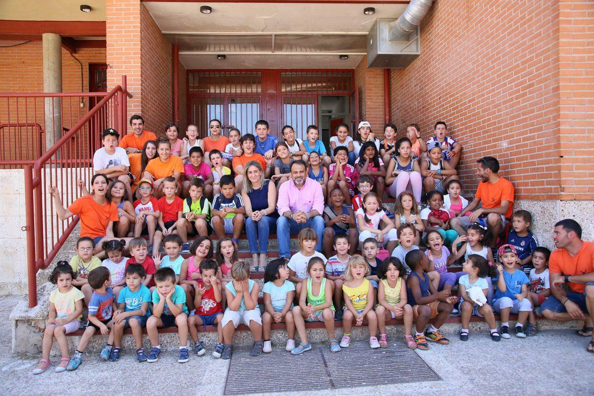 La alcaldesa visita a los niños que participan en la última quincena del Campamento Urbano de Verano del Alberto Sánchez