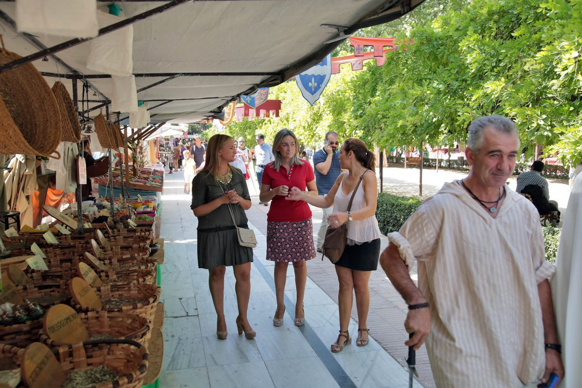 Continúan las actividades en el Mercado Medieval del Paseo de la Vega que hoy ha recibido la visita de la alcaldesa de Toledo