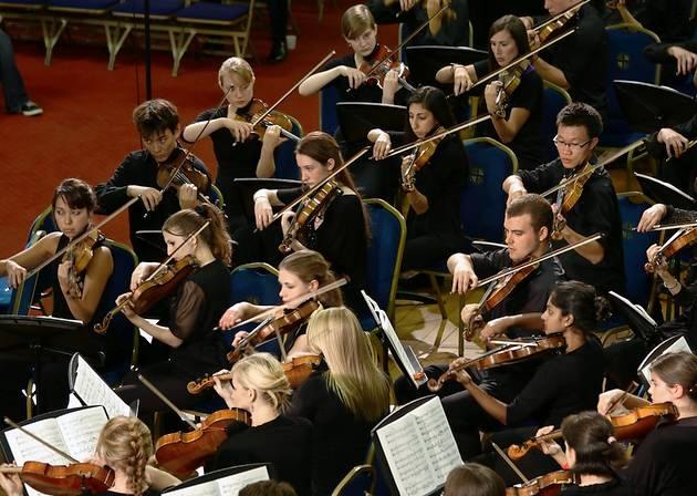 La plaza del Ayuntamiento acoge este domingo la actuación de una de las mejores orquestas juveniles de Reino Unido