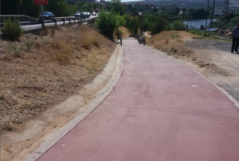 El Ayuntamiento acomete el adecentamiento y limpieza de la Avenida Adolfo Suárez e instala nuevas papeleras