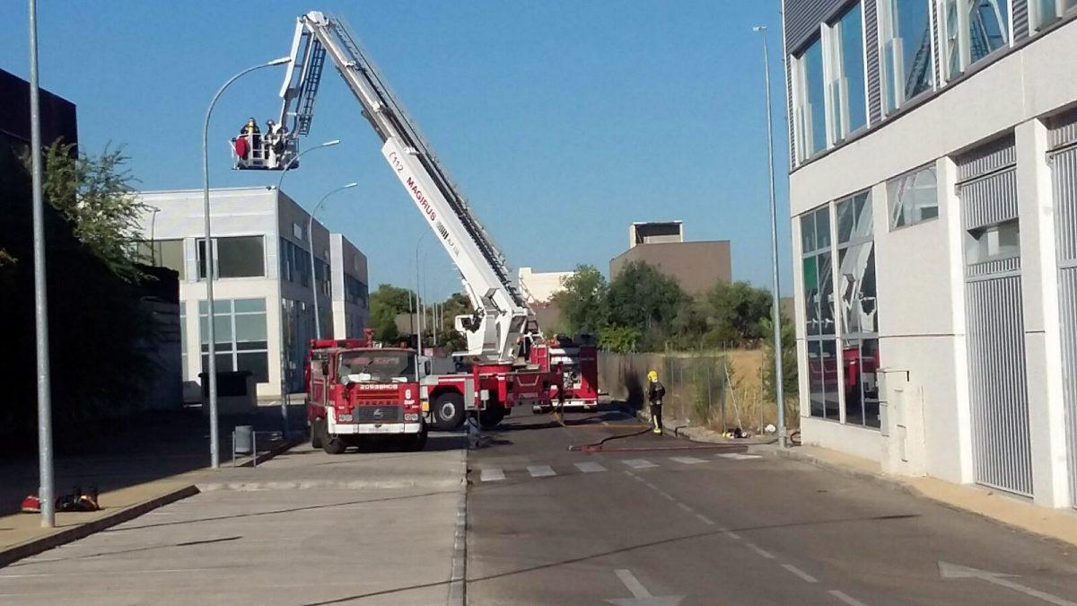 La rápida intervención de los Bomberos evita la propagación de  un incendio declarado en una factoría del Polígono