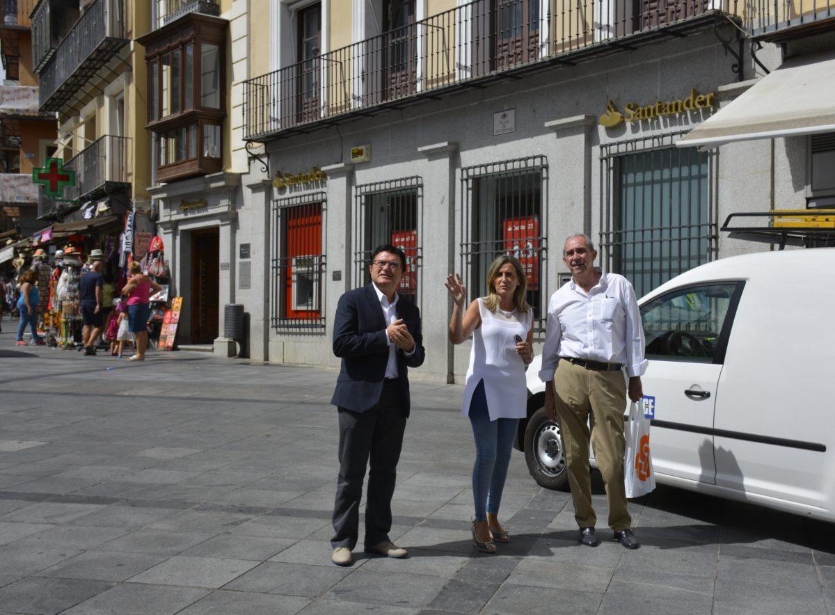 La alcaldesa supervisa la rehabilitación de las fachadas y cubiertas realizada por el Consorcio de Toledo en la calle Armas
