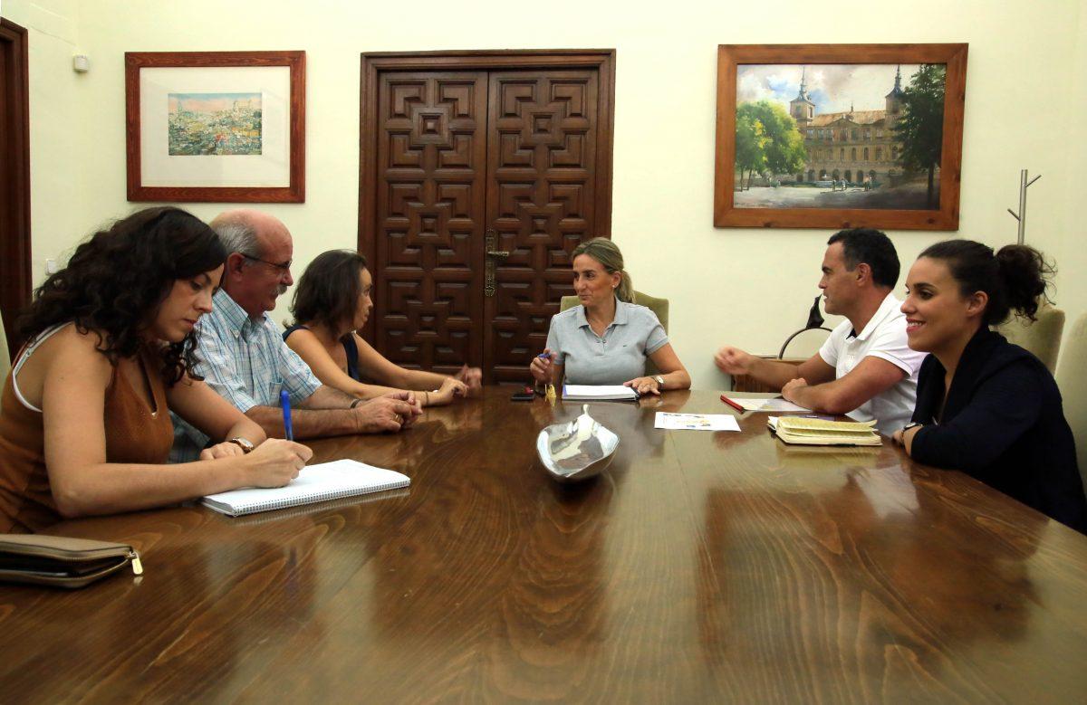 La alcaldesa mantiene un encuentro con la Asociación de Vecinos Río Chico para planificar actuaciones en el entorno urbano