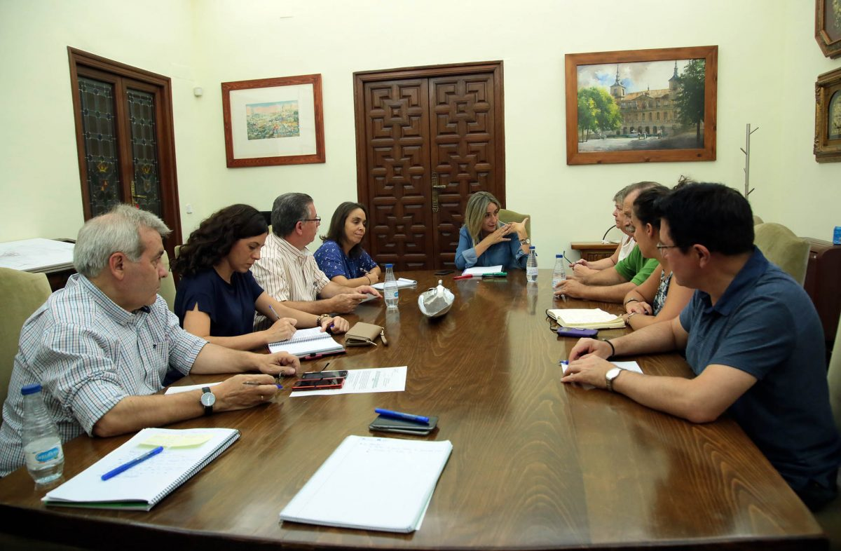 La alcaldesa recibe en el Ayuntamiento a miembros de las asociaciones Azumel y Alcántara