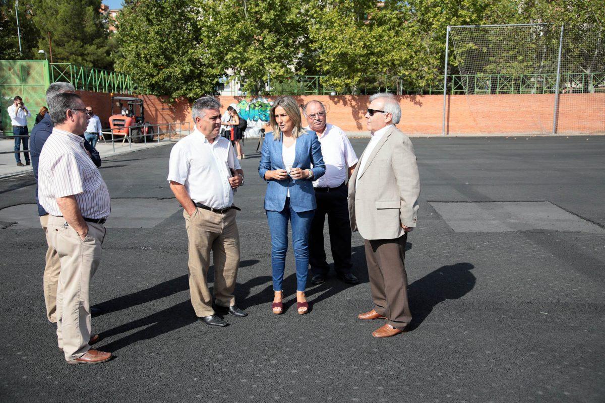 La alcaldesa visita las obras del campo de fútbol del Arroyo, una de las 25 actuaciones que ejecuta el Ayuntamiento en la ciudad