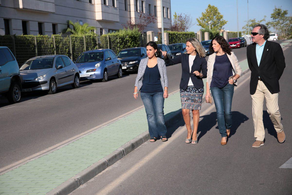 La alcaldesa supervisa las obras de pavimentación de las medianas situadas en el entorno del hospital Tres Culturas