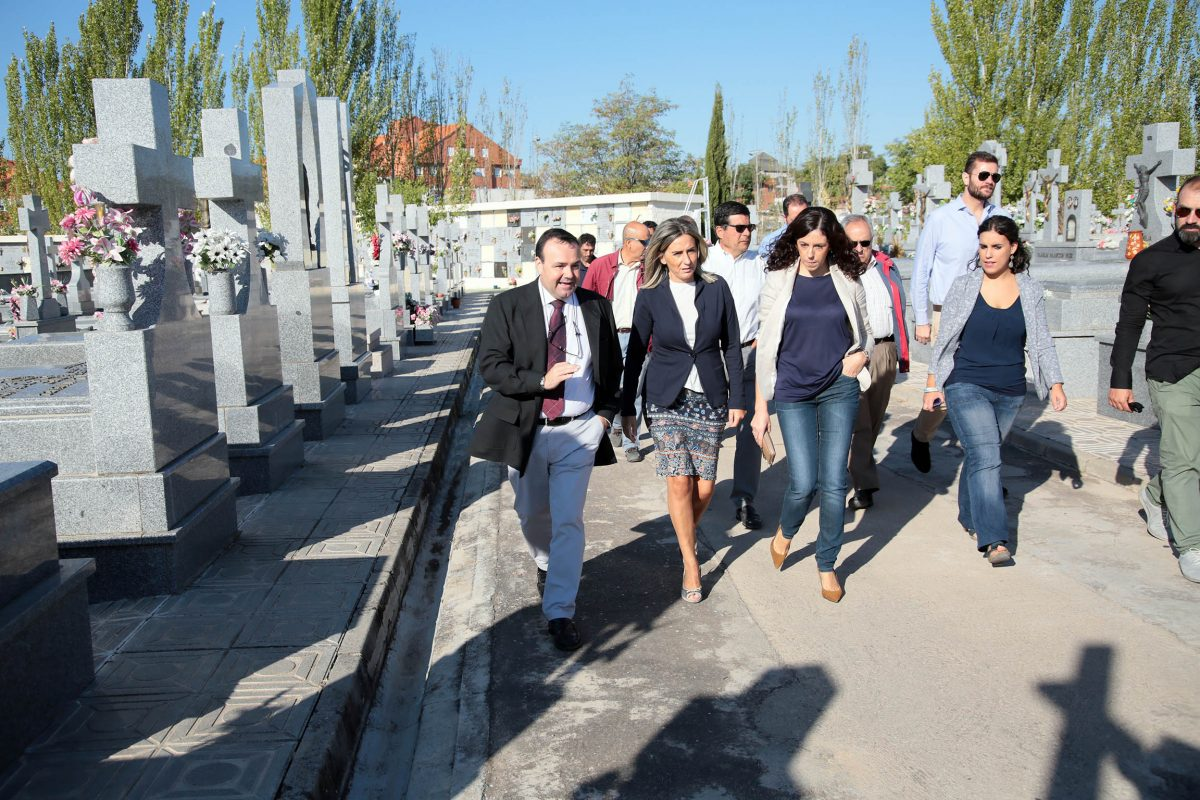 La alcaldesa visita las obras de remodelación de dos patios del Cementerio Municipal