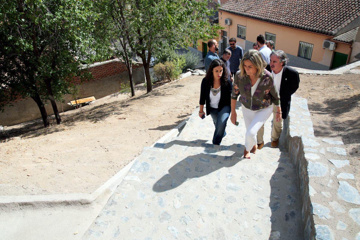 El Ayuntamiento mejora la movilidad interna de Santa Bárbara con la reconstrucción de la escalera de la travesía del Puerto