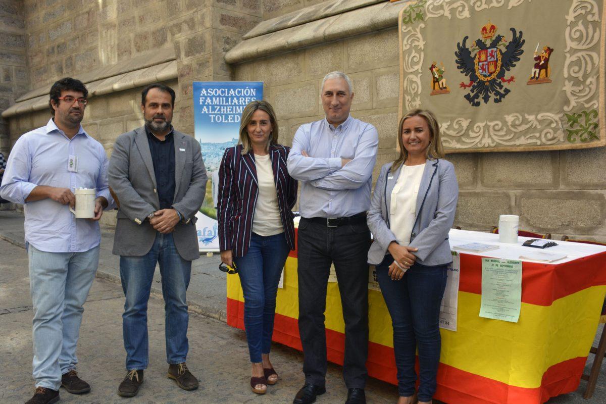 La alcaldesa de Toledo participa en la cuestación organizada por la Asociación de Familiares de Enfermos de Alzheimer