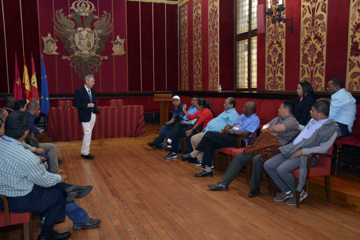 Una delegación de alcaldes y representantes municipales de América Latina se interesa por la organización del Ayuntamiento