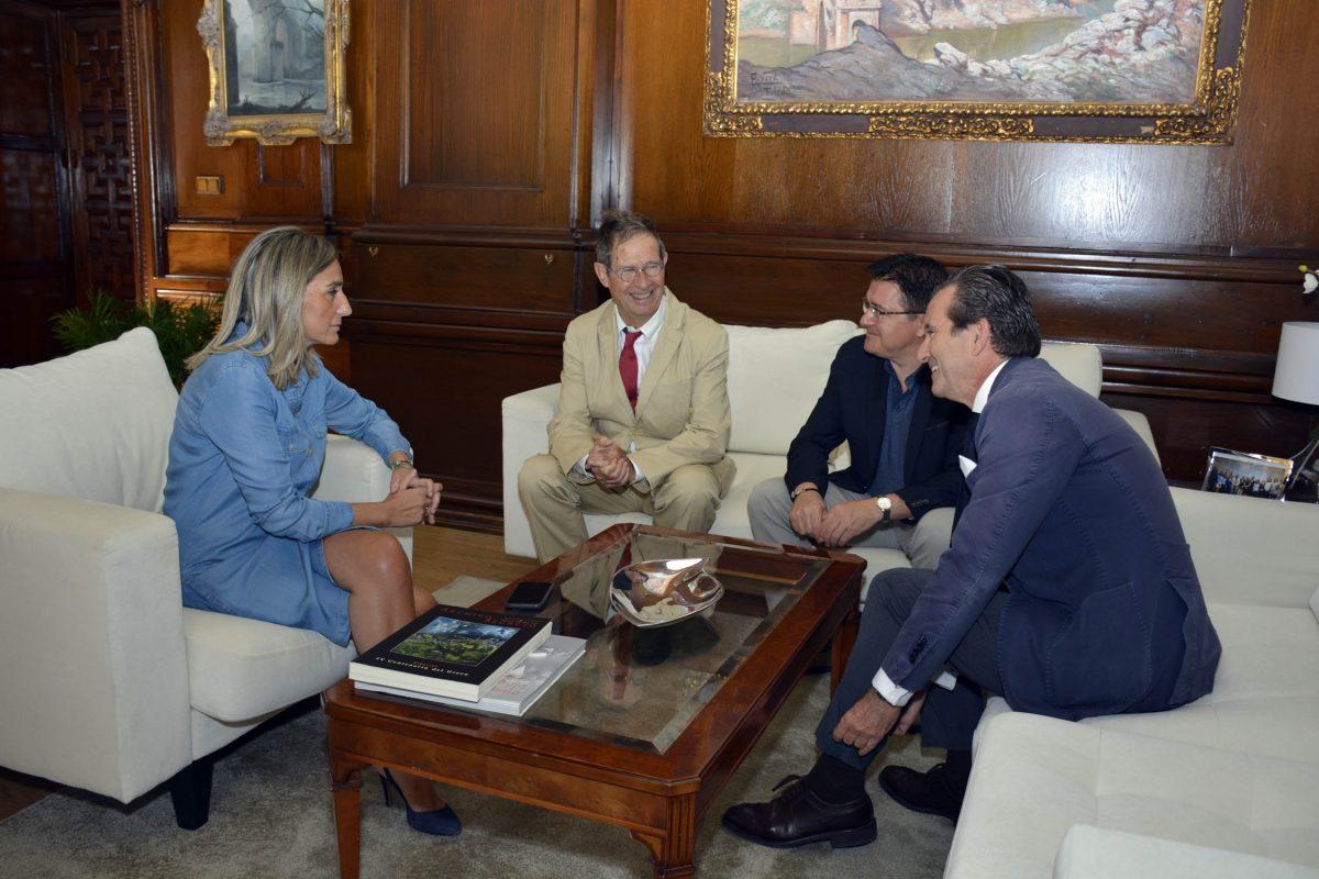 La alcaldesa repasa con el arquitecto Joan Busquets los retos urbanísticos a los que se enfrenta Toledo en los próximos años